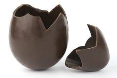 Oeuf de chocolat cassé de Pâques Photographie stock