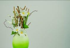 Oeuf de pâques avec des branches et des fleurs Image stock