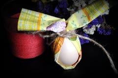 Oeuf de pâques avec des fleurs Photographie stock