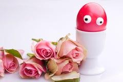 oeuf de pâques avec des yeux et des roses Photographie stock libre de droits
