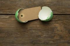 Oeuf de pâques avec le label à l'intérieur Image stock