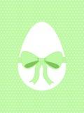 Oeuf de pâques avec le ruban vert Photographie stock