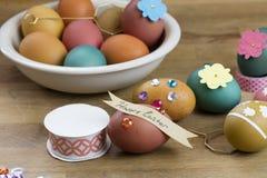 Oeuf de pâques décorant des outils Image stock