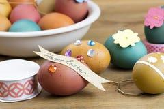 Oeuf de pâques décorant des outils Images stock