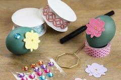 Oeuf de pâques décorant des outils Photos stock