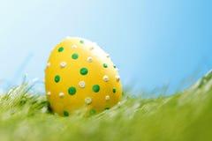 Oeuf de pâques dans l'herbe Images libres de droits