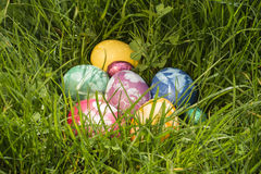 Oeuf de pâques dans l'herbe profonde Photos libres de droits