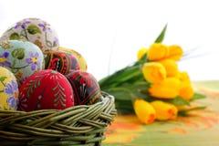 Oeuf de pâques dans le panier en osier Photo libre de droits