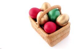 Oeuf de pâques dans le panier en osier Image stock