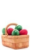 Oeuf de pâques dans le panier en osier Photos stock