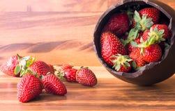 Oeuf de pâques de chocolat avec le supérieur interrompu rempli de fraises photographie stock libre de droits