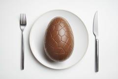Oeuf de pâques de chocolat de plaque image libre de droits