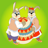 Oeuf de pâques de deux lapins Photos libres de droits