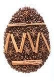 Oeuf de pâques des grains de café et des espèces d'isolement sur le fond blanc images stock