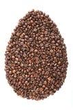 Oeuf de pâques des grains de café et des espèces d'isolement sur le fond blanc photographie stock libre de droits