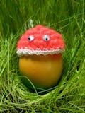 Oeuf de pâques drôle avec le chapeau et les yeux roses Images stock