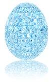 Oeuf de pâques en cristal bleu-clair sur le blanc brillant Photographie stock libre de droits