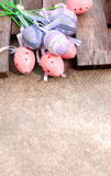 Oeuf de pâques en plastique rose et pourpre Photos stock