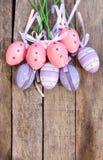 Oeuf de pâques en plastique rose et pourpre Photographie stock