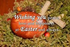 Oeuf de pâques et un ` des textes te souhaitant la paix, l'amour et le bonheur chez Pâques et toujours ` Photographie stock libre de droits
