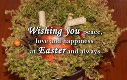 Oeuf de pâques et un ` des textes te souhaitant la paix, l'amour et le bonheur chez Pâques et toujours ` Image stock