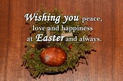 Oeuf de pâques et un ` des textes te souhaitant la paix, l'amour et le bonheur chez Pâques et toujours ` Photos libres de droits