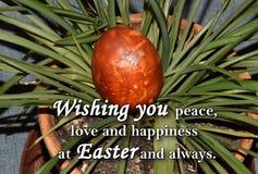 Oeuf de pâques et un ` des textes te souhaitant la paix, l'amour et le bonheur chez Pâques et toujours ` Photo stock