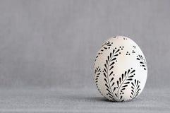 Oeuf de pâques fait main de l'argile sur un fond gris Photo stock