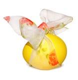 Oeuf de pâques jaune avec l'arc Images stock
