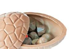 Oeuf de pâques ouvert de chocolat Image libre de droits
