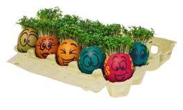 Oeuf de pâques peint dans un visage souriant drôle et des modèles colorés Image stock