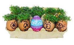 Oeuf de pâques peint dans un visage souriant drôle et des modèles colorés Images stock