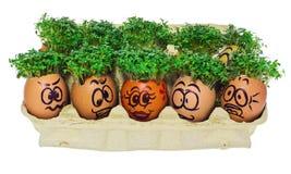 Oeuf de pâques peint dans un visage souriant drôle et des modèles colorés Photo libre de droits