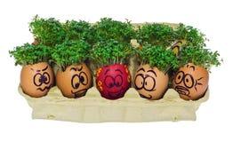 Oeuf de pâques peint dans un visage souriant drôle et des modèles colorés Image libre de droits