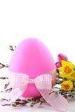 Oeuf de pâques rose avec des fleurs de source Image libre de droits