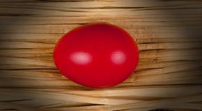 Oeuf de pâques rouge. Photos libres de droits