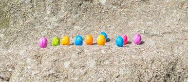 Oeuf de pâques sur une pierre Image libre de droits