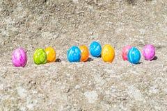 Oeuf de pâques sur une pierre Photographie stock