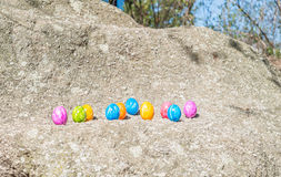 Oeuf de pâques sur une pierre Photo stock