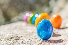 Oeuf de pâques sur une pierre Photos libres de droits