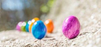 Oeuf de pâques sur une pierre Photos stock