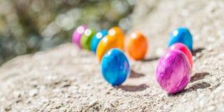 Oeuf de pâques sur une pierre Photo libre de droits