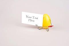 Oeuf de pâques tenant à disposition une carte blanche Photos libres de droits