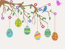 Oeuf de pâques accrochant sur la carte de fleurs d'arbre et d'oiseaux Photographie stock