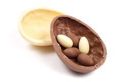 Oeuf de pâques noir et blanc de chocolat Photographie stock libre de droits