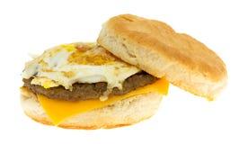 Oeuf de saucisse de petit déjeuner et biscuit de fromage sur un fond blanc images libres de droits