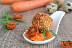 Oeuf du ` s de cailles sur la salade de carotte Image libre de droits