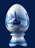 Oeuf en céramique d'isolement sur le bleu Photos stock