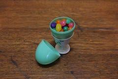 Oeuf en plastique avec des dragées à la gelée de sucre Photographie stock libre de droits