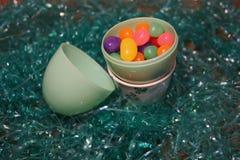 Oeuf en plastique avec des dragées à la gelée de sucre Photographie stock